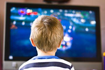 Dziecko przed ekranem telewizora i komputera