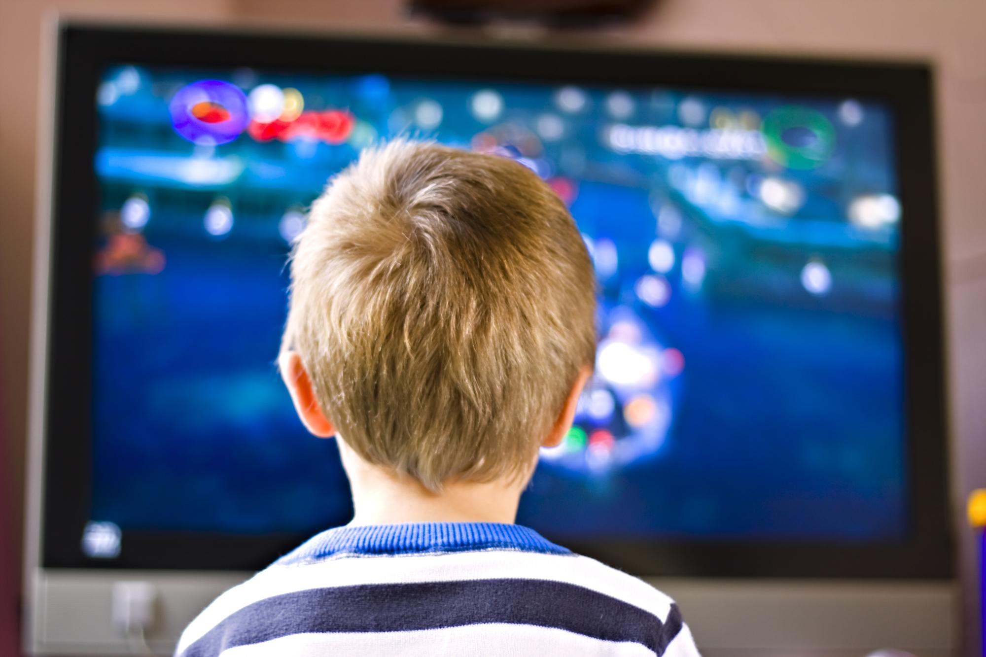 Dziecko przed ekranem telewizora i komputera - wszystko co musisz wiedzieć